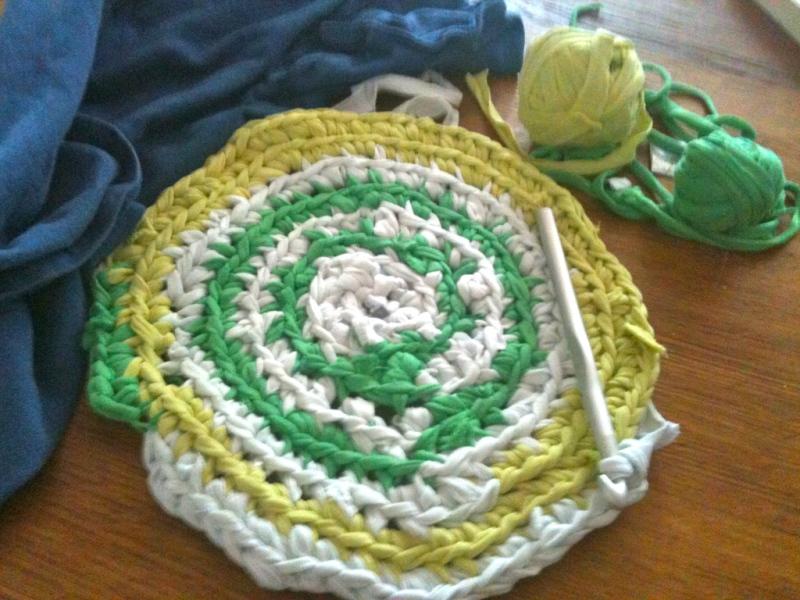 Tappeto Ovale Alluncinetto : Tutorial estivo: tappetini all uncinetto con magliette riciclate